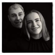 Foto-dochter-Sharon-met-Huub-op-achtergrond-light-scaled